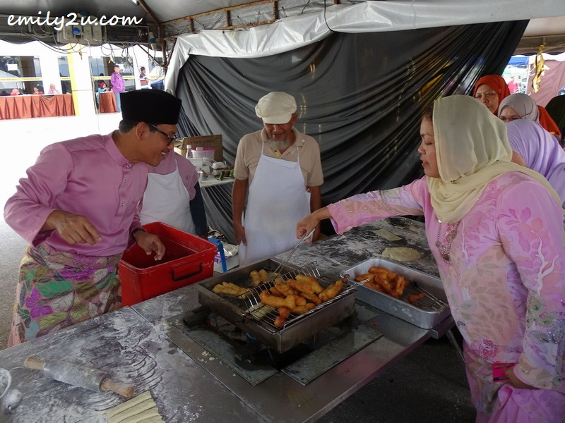 Perak Menteri Besar and his wife try their hand at preparing fritters