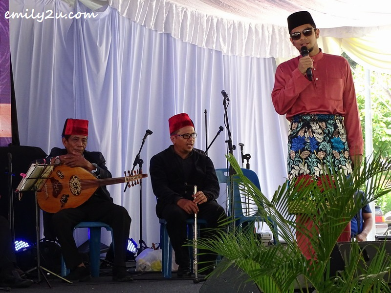 YB Hasnul Zulkarnain Abd Munaim sings on stage