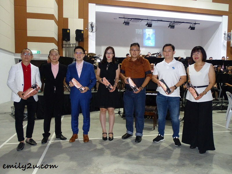 Organising Chairperson Timothy Tan (2nd from L) presents mementos to the event's main sponsors
