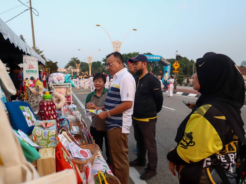 Ipoh City Mayor Dato' Ahmad Suaidi visits Daybreak Association booth