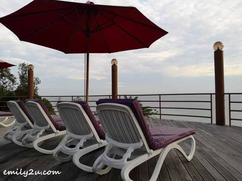 cifftop pool lounge chairs