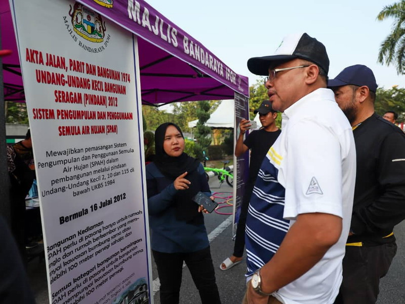 Ipoh City Mayor Dato' Ahmad Suaidi visits one of the booths