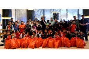 4 Katherine Chew, VP of Resorts Comm. & PR & Mak Pah of Rumah Titian Kaseh (Centre) with Rumah Titian Kaseh Kids