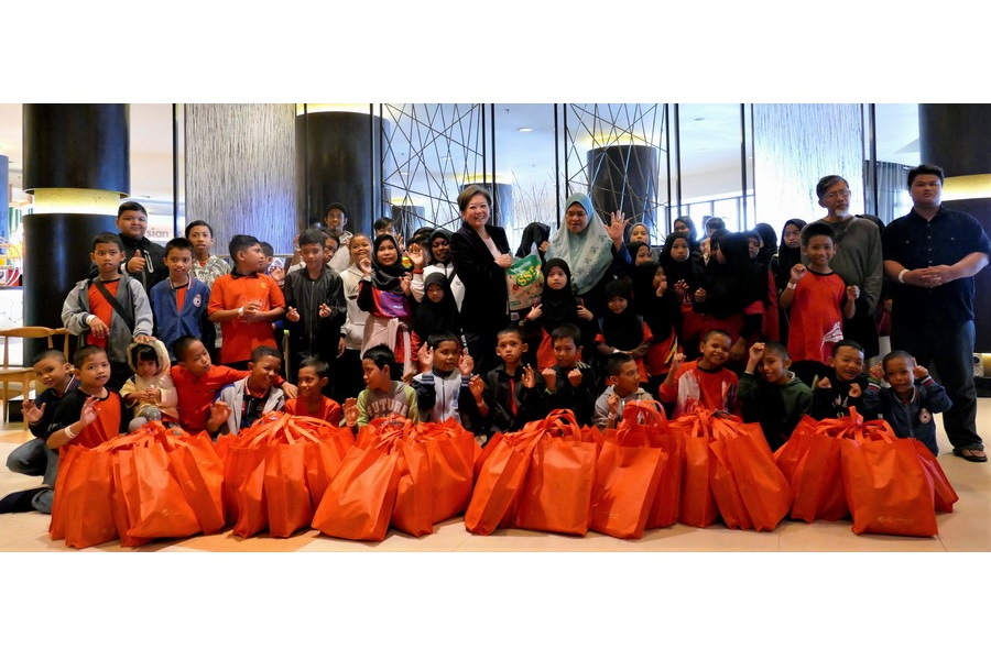 Katherine Chew, VP of Resorts Comm. & PR & Mak Pah of Rumah Titian Kaseh (Centre) with Rumah Titian Kaseh Kids