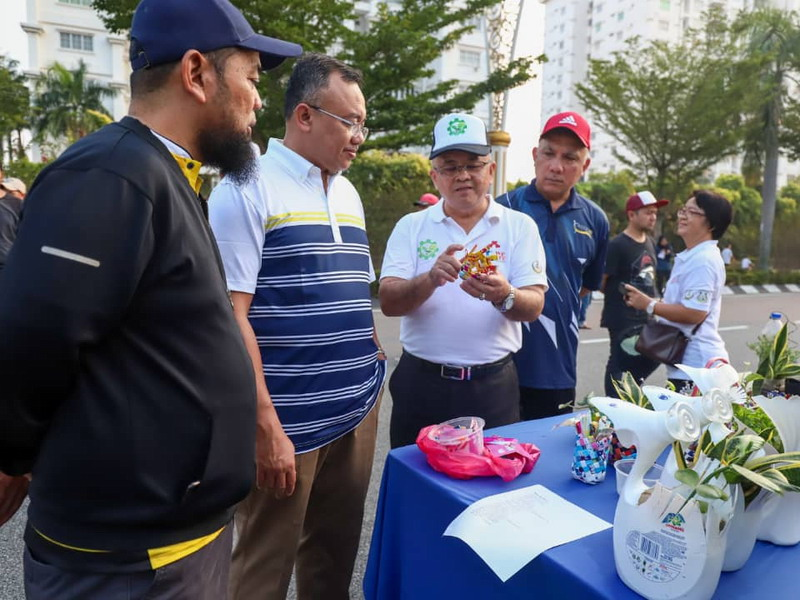 Ipoh City Mayor Dato' Ahmad Suaidi (2nd L) visits one of the booths