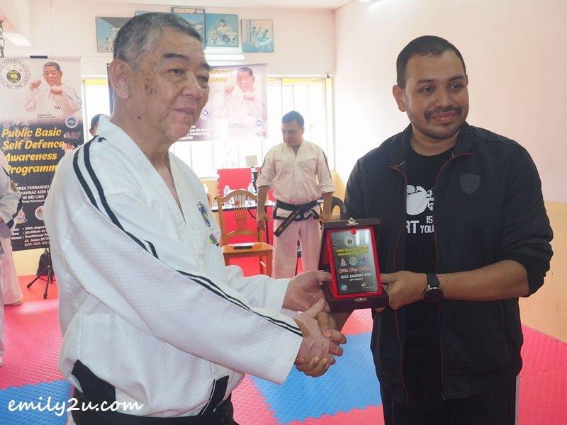 Grandmaster Yeow Cheng Watt presents a token of appreciation to Dato' Shahnaz Azmi of Malaysian ITF Taekwon-Do Federation