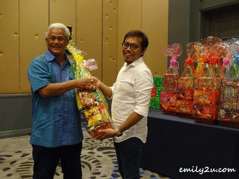 a hamper for all media friends, starting with President of Kelab Sukan & Kebajikan Media Perak (KSKMP) Rosli Mansor (R)
