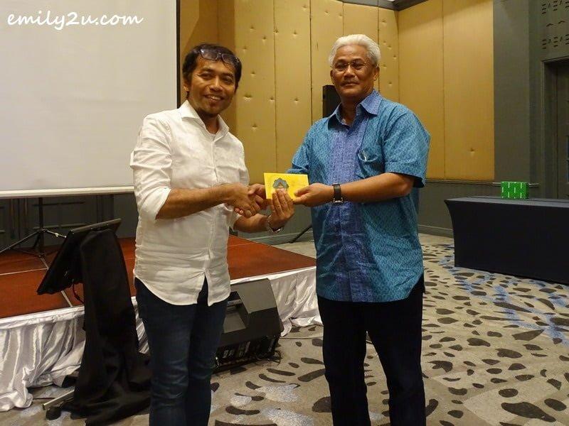 Dato' Roshidi donates RM1000 to KSKMP