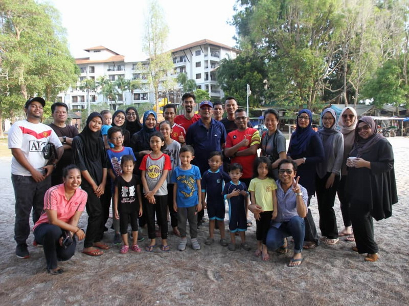 group photo of Perak media members with Dato' Roshidi Bin Haji Hashim and his family