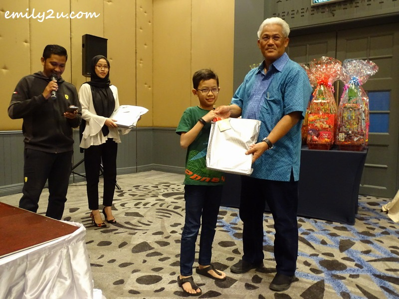 a gift of stationery set to all children, starting with Dato' Roshidi's eldest grandson