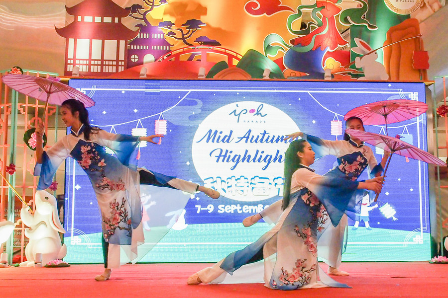 Fascinating Umbrella Dance performance by local dance students entertains shoppers in celebrating Mid-Autumn Festival at Ipoh Parade.