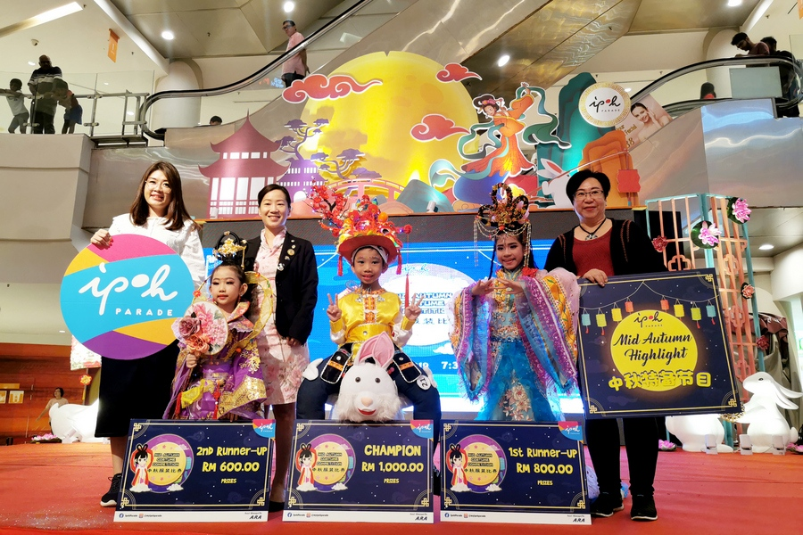 Winners of the Mid- Autumn Fashion Contest in conjunction with Ipoh Parade's  Mid-Autumn Celebration.