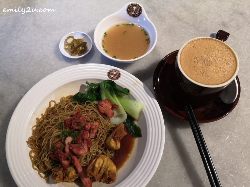 BBQ Chicken & Fried Wantan Dry Egg Noodles with add-on Oldtown White Coffee