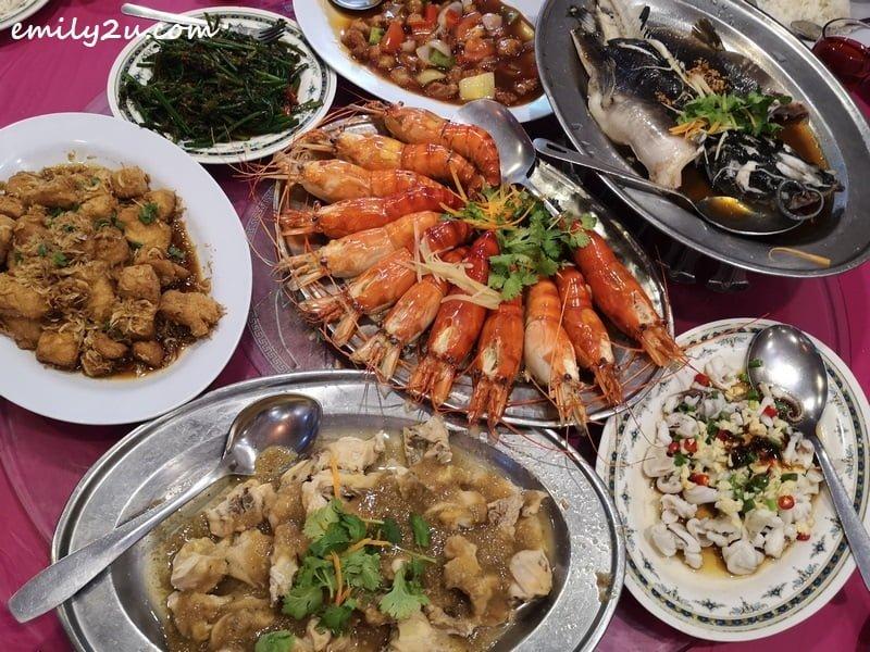 scrumptious seafood lunch at Restoran Thong Lok