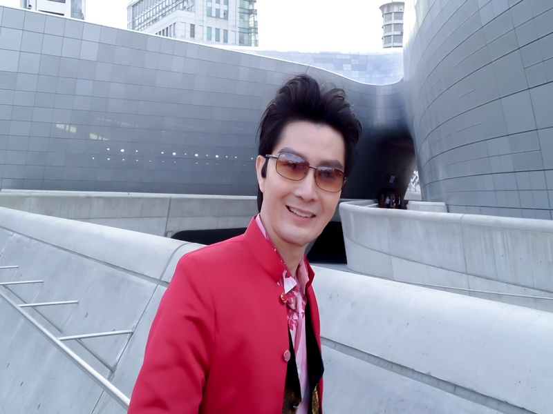 Frank in front of Dongdaemun Design Plaza in Seoul (designed by Zaha Hadid, world famous architect)