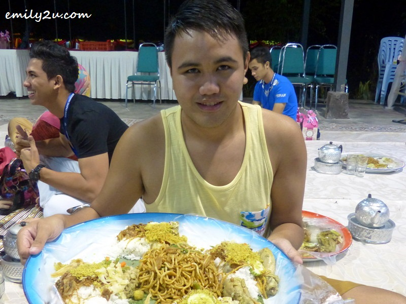 trying nasi ambeng