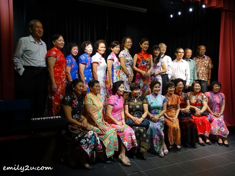 fans of Teresa Teng dressed in resplendent qipao