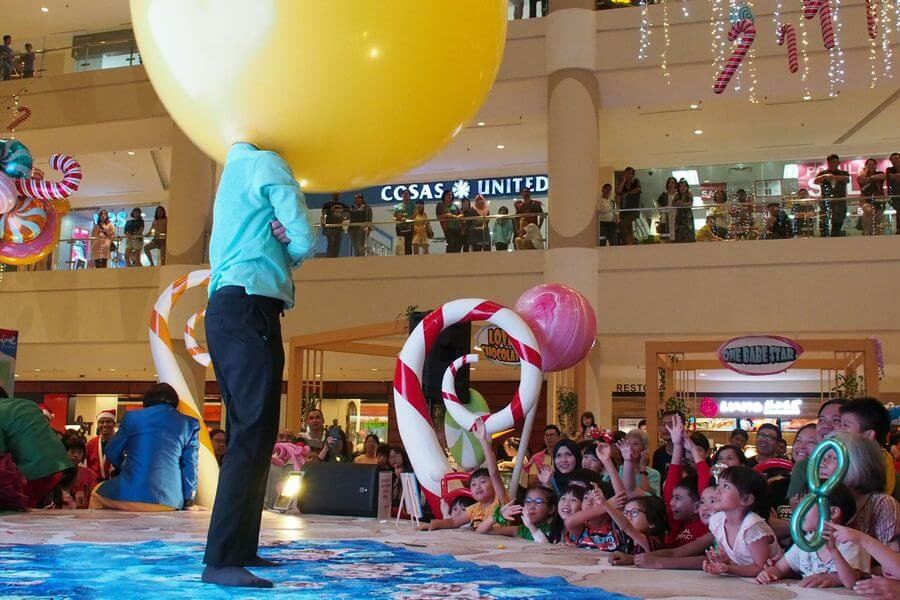 The balloon clown attracted full attention from the crowds at the Ipoh Parade Christmas Festivities launch.