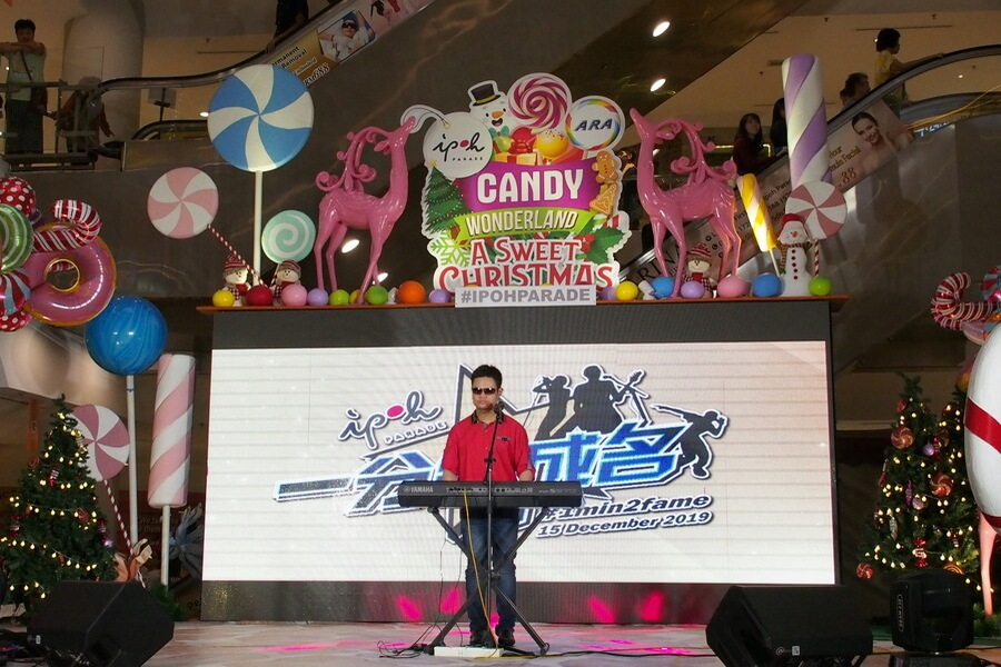 """Alan Cheah, a visually-impaired 18-year-old student took to stage with a Mandopop cover, """"Won't Cry"""" originally sung by Taiwanese singer Jay Chou. His music performance receives rousing applause from the audience."""