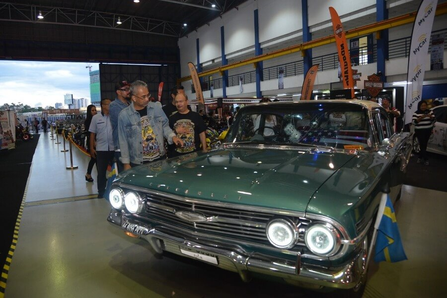 Datuk Musa inspects one of the classic cars