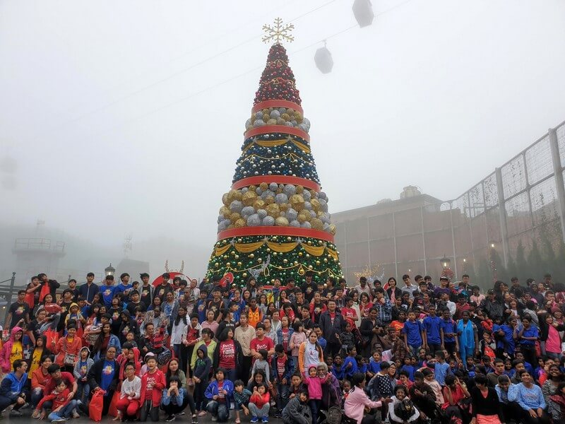 All ten homes, with 279 children gathered at the Christmas Tree outside of Metro City @ Genting Winter Wonderland