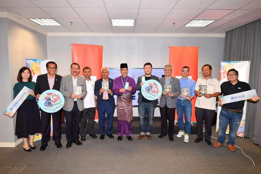 group photo: Allen An, Country Manager of Xiaomi Malaysia & Singapore (fifth from right) and Datuk Musa Yusof, Director General of Malaysia Tourism Promotion Board (sixth from left) with representatives from Xiaomi Malaysia and Malaysia Tourism Promotion Board