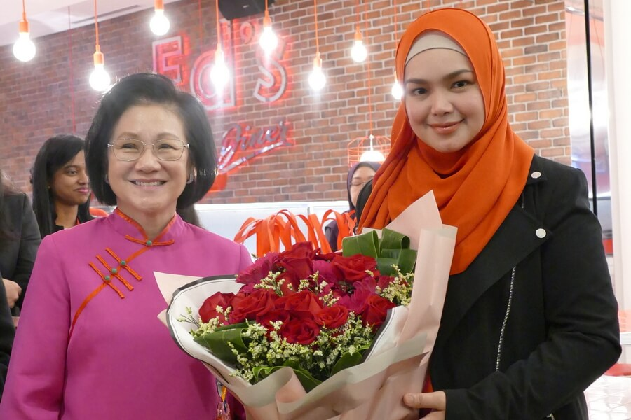 L-R: Puan Sri Cecilia Lim (wife of Genting Malaysia Berhad chairman) & Dato' Sri Siti Nurhaliza Tarudin (President and founder of SIMPLYSITI) exchanging gifts.