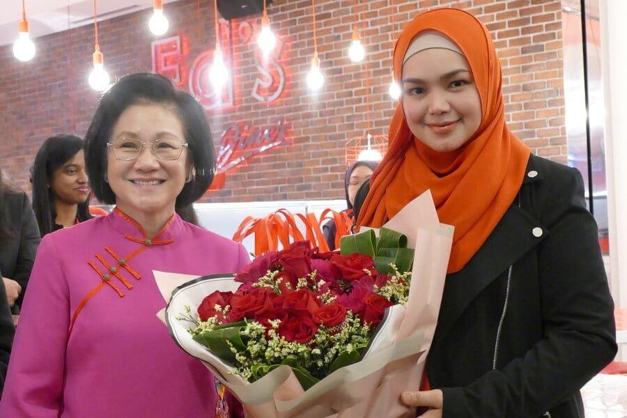 L-R: Puan Sri Cecilia Lim (wife of Genting Malaysia Berhad chairman) & Dato' Sri Siti Nurhaliza Tarudin (President and founder of SIMPLYSITI) exchanging gifts.