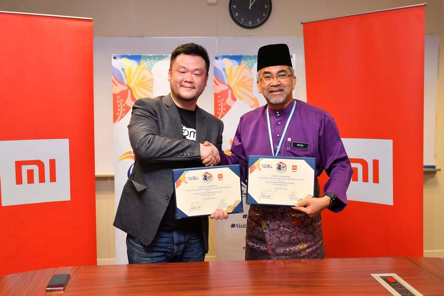 Allen An, Country Manager of Xiaomi Malaysia & Singapore (left) and Datuk Musa Yusof, Director General of Malaysia Tourism Promotion Board (right) at the official joint collaboration ceremony