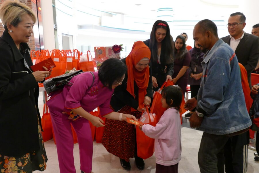 Puan Sri Cecilia Lim (wife of Genting Malaysia Berhad chairman), Dato' Sri Siti Nurhaliza Tarudin (President and founder of SIMPLYSITI) giving out ang pow packets and goodie bags to heart patients and their siblings.