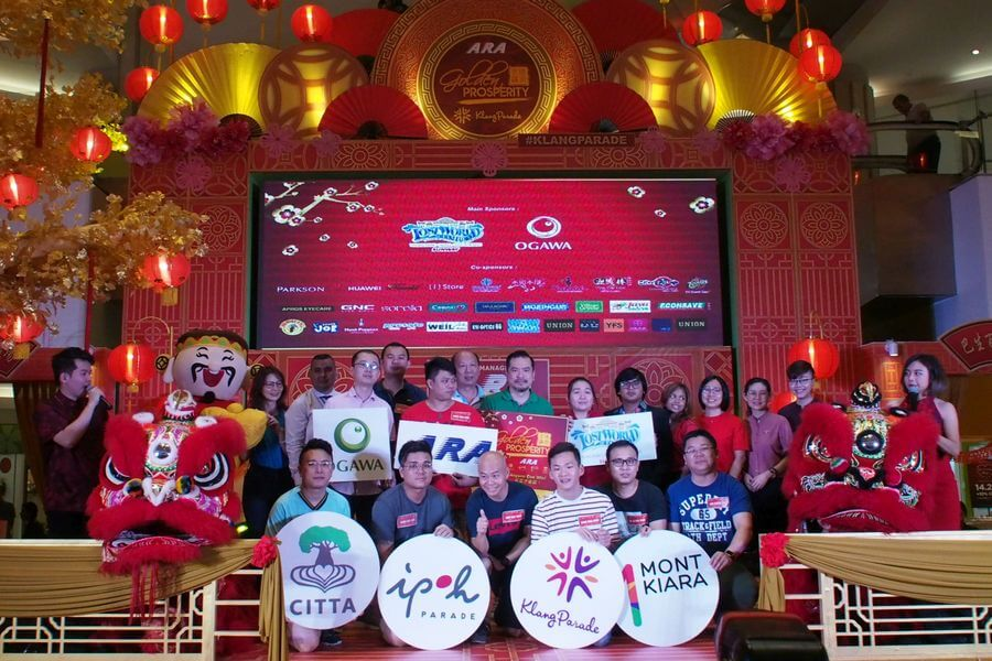 ARA's Golden Prosperity Campaign final challenge sees the finalists compete against one another to win the 100g gold bar. The finalists pose with ARA malls representatives and sponsors.