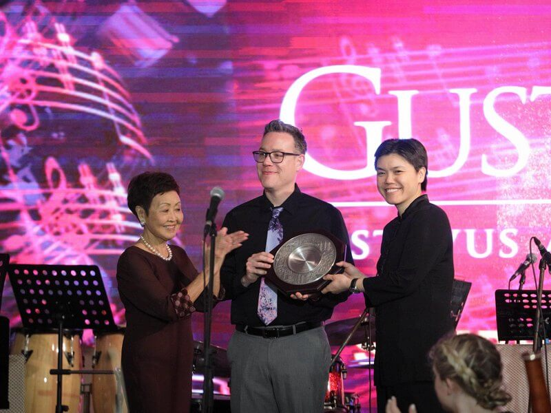 organising chairperson, Mrs Ellen Yoong (L), presents a memento to Dr Dave Stamps & Dr Ruth Lin (R)