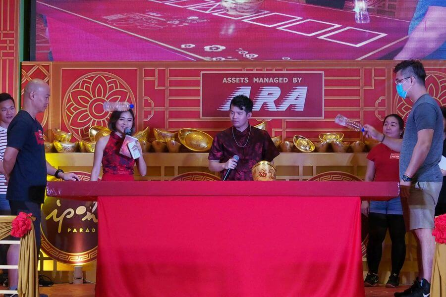 Trader Kuan Boo Jing, 29 (right) outwits Liew Ken Shun, 49 (left) in the final round of the Grand Finals of ARA's Golden Prosperity Campaign to win the 100g gold bar.