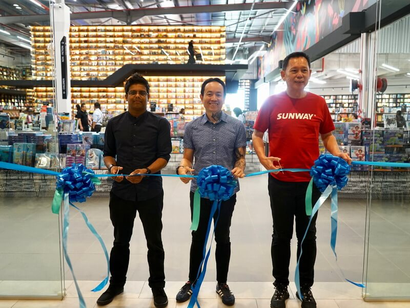 L-R: Nitish Ramanah, BookXcess Design Department Head; Andrew Yap, Co-Founder of BookXcess and Chan Hoi Choy, CEO Sunway Mall's Theme Parks at the official opening ceremony of BookXcess