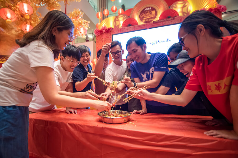 Lou Sang (prosperity toss) involving participants at the conclusion of the mall challenge in Klang Parade.