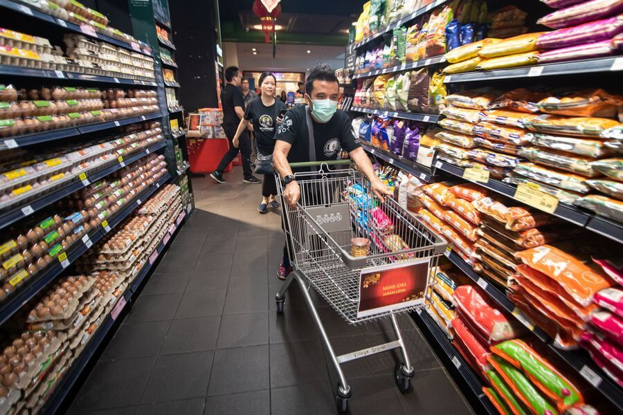 Supermarket Rush, which is the first part of the Mall Challenge. Participants are required to pick up a list of items with retail value closest to RM200 within 188 seconds.