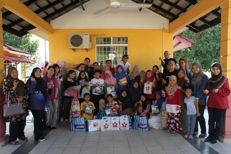 group photo at Rumah Tunas Harapan Darul Hilmi, Kuala Terengganu