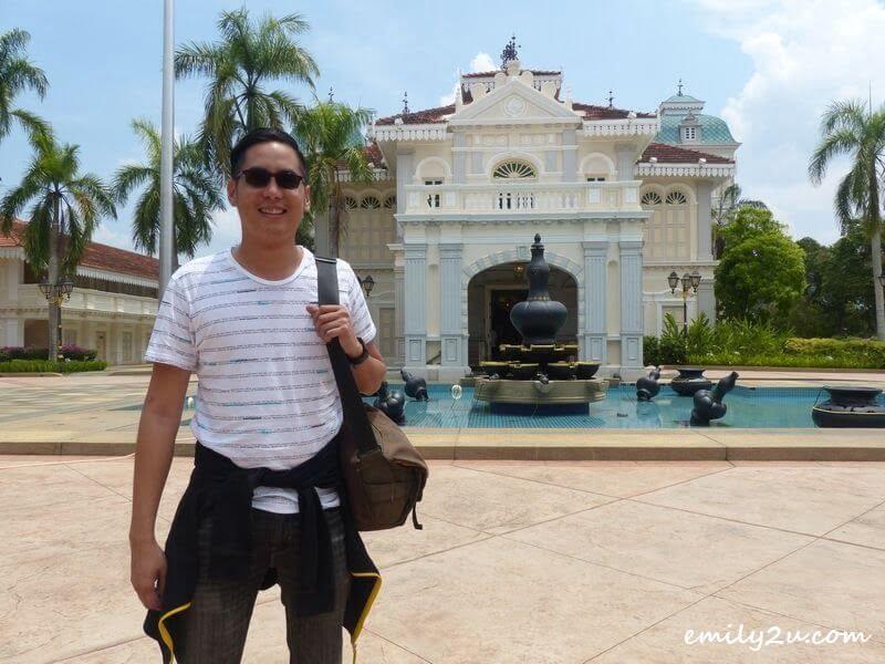 posing in front of Galeri Sultan Azlan Shah, Kuala Kangsar