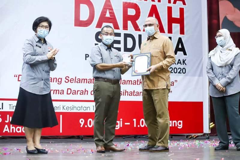 Tuan Haji Musa Dun (MBI Senior Director of Service & Operations) (R) receives the award from Deputy Minister of Health Malaysia YB Dato' Dr Haji Noor Azmi Bin Ghazali