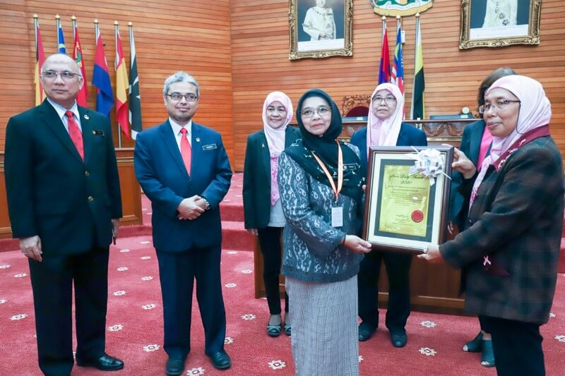 Persatuan Pink Champion Perak president Mardianah Mohd Yusof (R) presents the Iron Lady Award 2020 to Zuraina