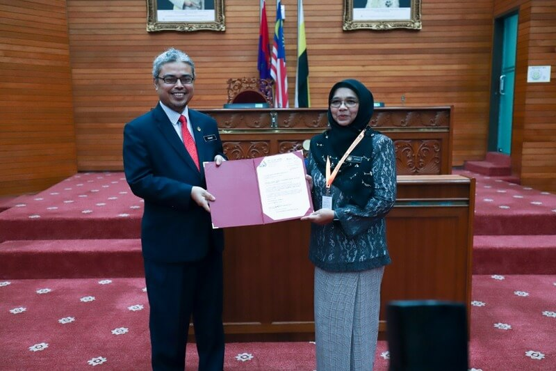 Zuraina Kamarul Ariff (R) receives her appointment letter from Ipoh City Mayor YBhg. Dato' Rumaizi Baharin