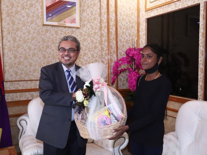 S. Pavithra receives a gift hamper from the Ipoh City Mayor