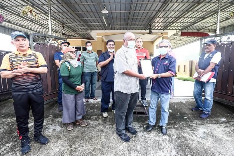 Ipoh City Mayor YBhg. Dato' Rumaizi Baharin presents the Certificate of Appreciation to Encik Ahmad Hamdi Bin Haji Hassan (L)