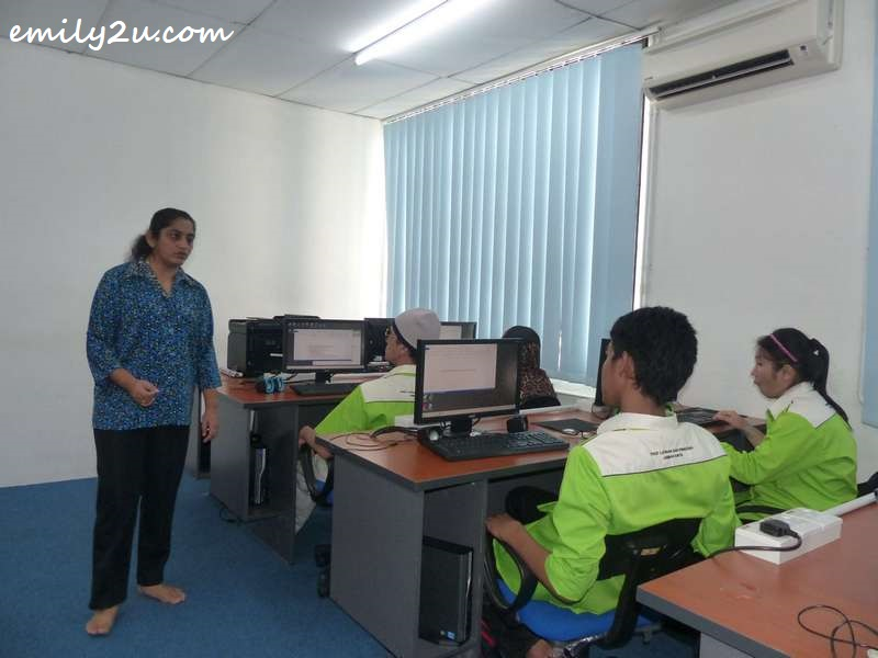 Cikgu Meena Kumari teaching computer