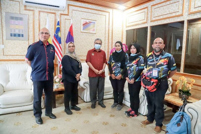 Yesterday's press conference at the Ipoh City Council to announce the 'First Female Solo Kayaker' expeditions, with Mayor Dato' Rumaizi Baharin (in red shirt). Saidatul Atiqah Md Isa is on the mayor's left, and Nur Adilla Abu Hassan next to her.