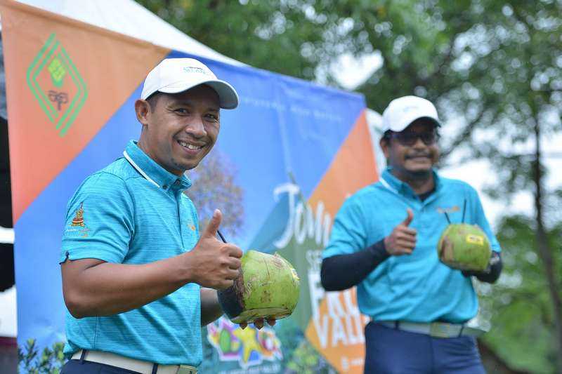 supply of fresh coconuts by Selangor Fruit Valley at hole-9 of the 18-hole tournament