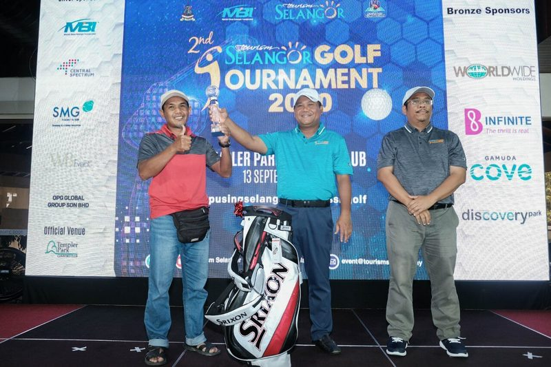 tournament champion, En Rosli Majid (left) receives his winning trophy from Y.B. Dato' Nor Azmie Bin Diron, Selangor State Financial Officer (centre) and Mr. Azrul Shah Mohamad, General Manager of Tourism Selangor (right)