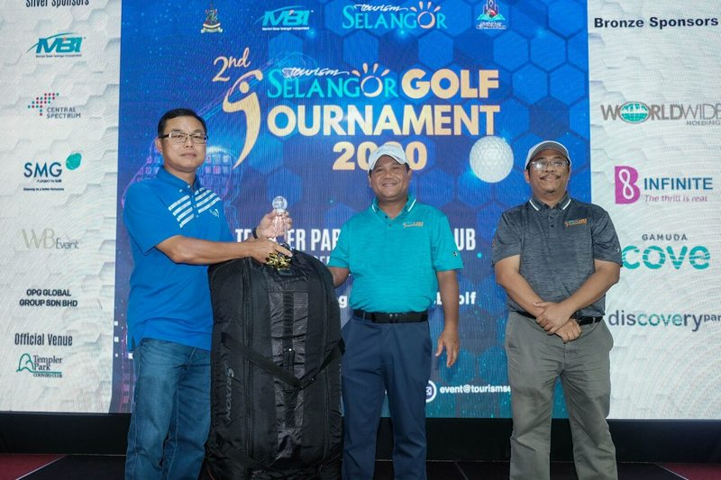 Chan Chee Seng (far left), the first runner-up for the 2nd Tourism Selangor Golf Tournament walked away with a trophy and an exclusive golf bag