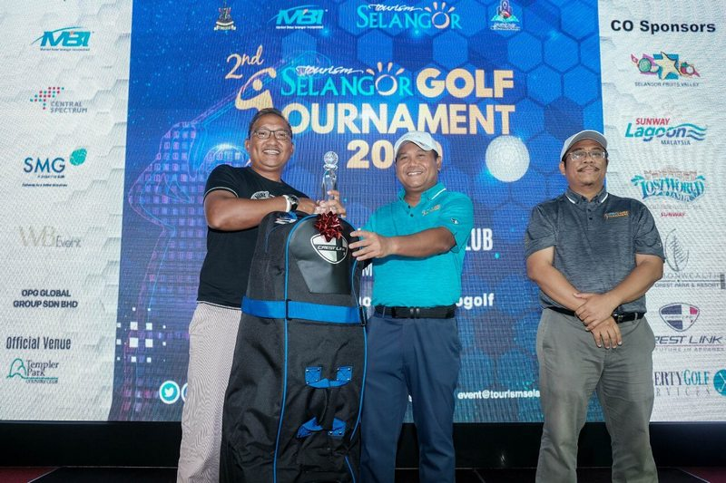 Nik Areez Ariffin (far left), the tournament's second runner-up with his winning prizes