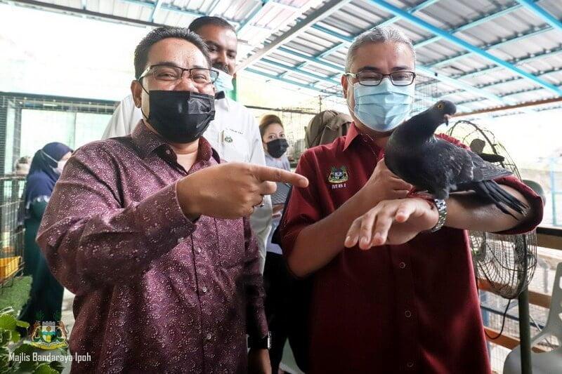 Ipoh City Mayor Datuk Rumaizi Baharin plays with a bird